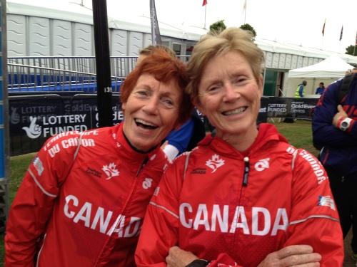 Her er to blide damer klare for å debutere på aquatlon, akkurat som meg. Begge brukte distansen som oppvarming før sprinten de skal kjøre om et par dager.