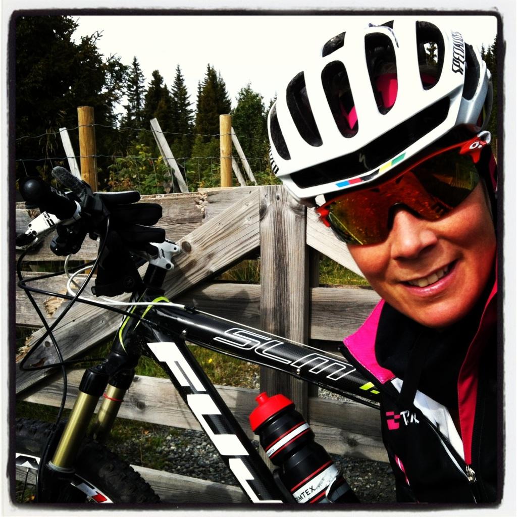 Kari sykler hjem fra hyttetur på Synnfjell.