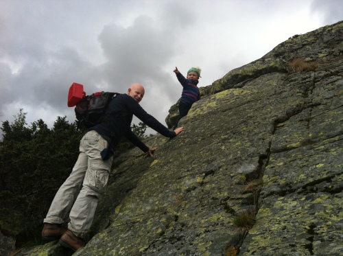 Magnus elsker å klatre, og får her hjelp av Kristian til å komme seg opp det siste platået før vidda.