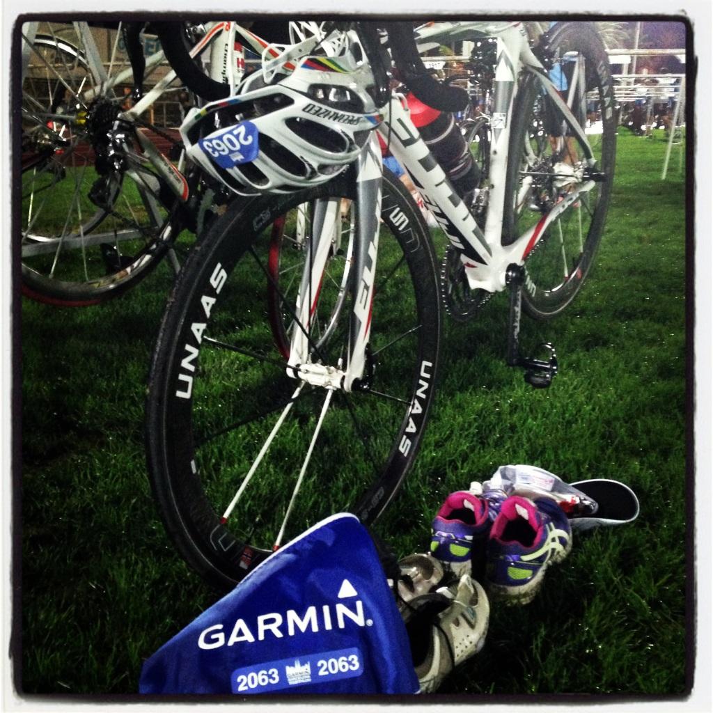 Sykkel og utstyr på plass i skiftesonen kl syv. Samtidig fikk vi vite at det ble triathlon, ikke duatlon. Såå glade vi ble for den beskjeden på morgenen! Nå var det bare å glede seg til start.
