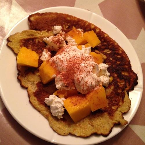Slik ser de ferdige pannekakene ut, med mango på toppen og masse annet godt.