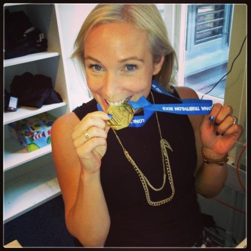 Mine kolleger i Idium synes det er stor stas at jeg satser triatlon. I dag måtte medaljen fra Barcelona være med på jobben for fotoshoot.
