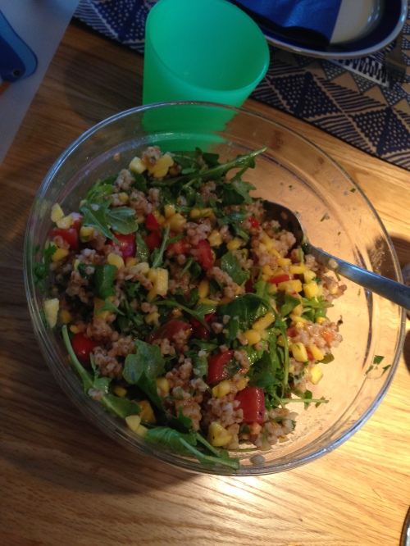 Tilbehøret er klart. Kjempegod salat med en skikkelig snert av chili og søt mango.