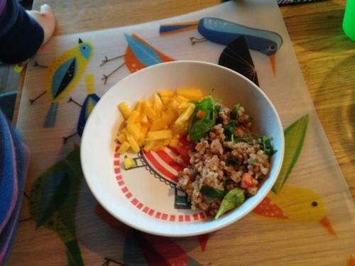Magnus fikk en barnevennlig versjon av retten. Jeg tok rett og slett bare mango (uten chiliblanding) og tok av litt av salatblandingen før jeg blandet den sammen med chilisausen. Så fikk han et laksestykke til slutt, med mandler og sweet chilisaus. Alt gikk rett ned.