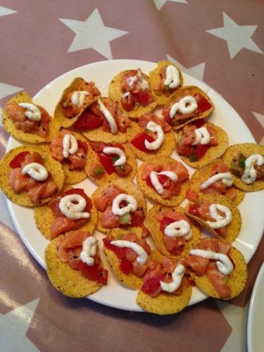 Litt fiskeblanding på hver nachos og voila, vi har en smakfull, sunn og barnevennlig fiskerett.