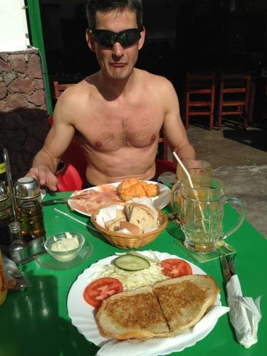 Lunsj ved cafeen i Soria. Smakte godt og kostet ikke all verden. Vi betalte 25 euro for to store mango-juice, hver vår lunsjrett, vann og kaffe.