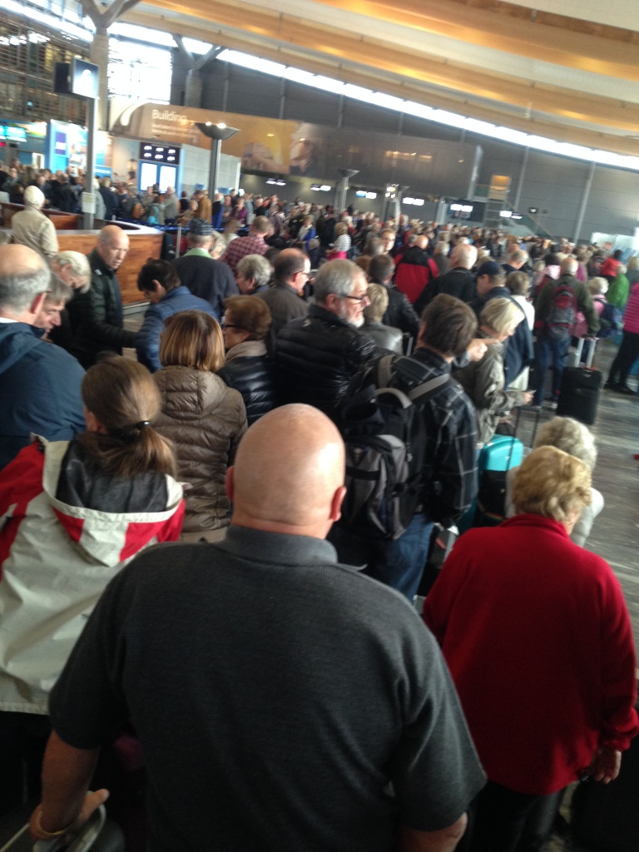 Når 400 passasjerer må gå av flyet, hente bagasjen og sjekke inn på nytt er det ikke til å unngå at det blir kø. Laaaang kø! Men selv om det såklart var kjedelig og slitsomt gikk det overraskende greit når det først ble bestemt hva planen var. Nordmenn som skal på ferie er tålmodige dyr :-)