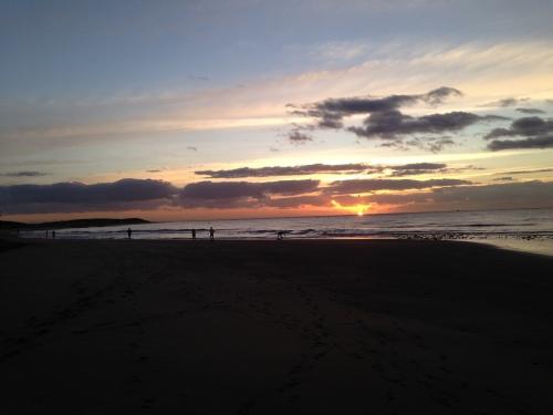 Vi var langt i fra de eneste som hadde tatt turen ned på stranden for  se soloppgangen og få oss en time mosjon på kjøpet.
