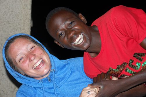 Her er Ingrid sammen med Mugabe som nylig gjennomførte sine eksamener ved skolen. Han er en av elevene Ingrid sponser gjennom prosjektet.