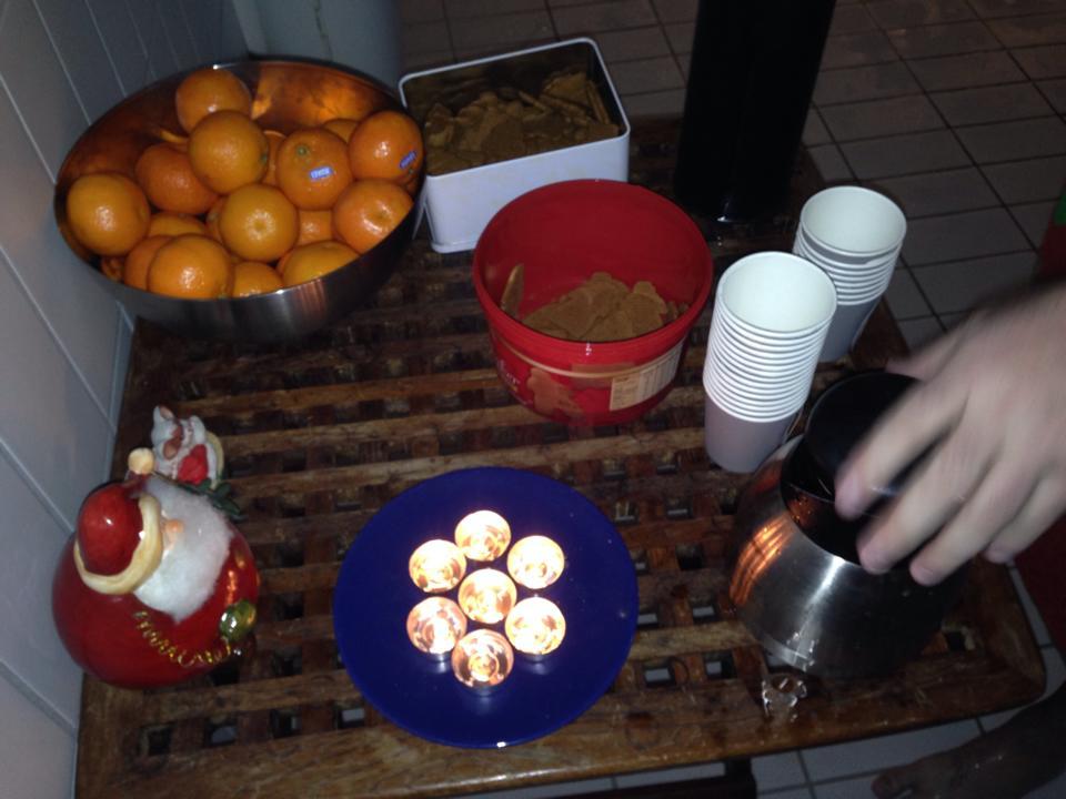 Lysene slukkes og telysene tennes hver lille julaften på Domus. Det bys på mandariner, pepperkaker og varm drikke. God julestemning!