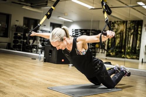 Her gjør jeg en supermann-øvelse med ekstra vanskeligshetsgrad. For alle øvelsene og forklaring av disse, se link nederst i saken! Foto: Jørgen Melau.