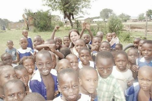 Her er det min andre søster som står sammen med en gjeng skolebarn fra Katwe.