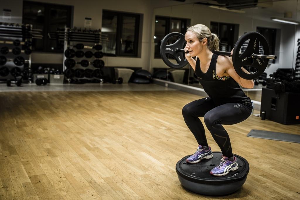 Jeg fokuserer mye på ustabilitet i min trening. Funksjonelt og bra for kroppen. Som her hvor jeg kjører knebøy på en BOSU-ball. Foto: Jørgen Melau.