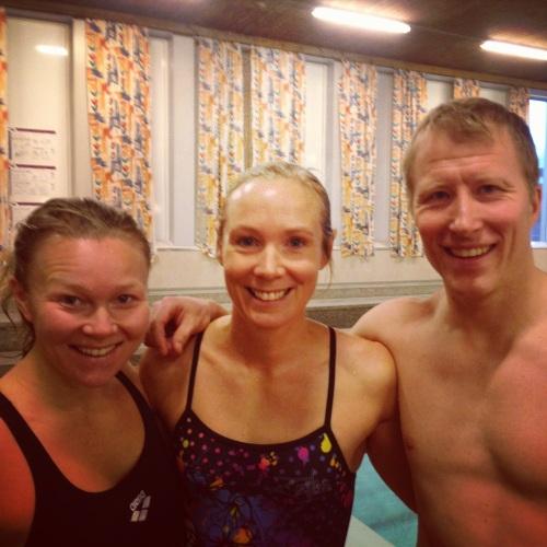 Cesilie og Bjørn Skollerud hadde også fått barnefri for å være med på 100x100 i Høyanghallen. Veldig moro å se dem igjen, Bjørn svømte veldig sterkt og fullførte alle 100 på starttid 1.30. Det er rått!