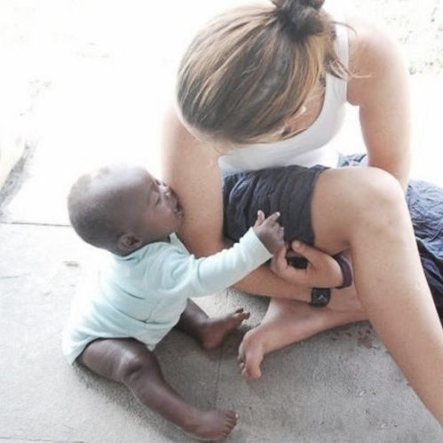 Her er Ingrid med en av babyene i Katwe. Ingrid jobbet som lærer i byen og tilbrakte ti måneder i Uganda gjennom Fredskorpset.