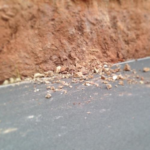 Det var stein i veien flere steder grunnet mye nedbør de siste nettene.