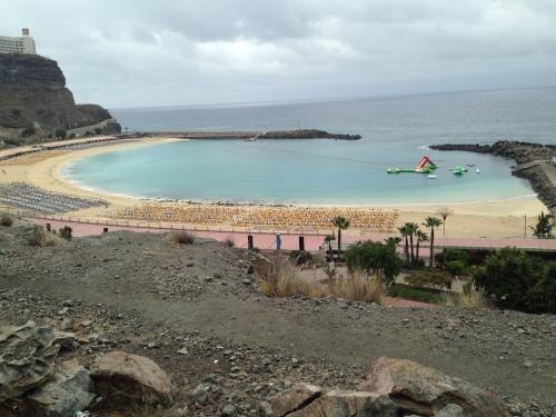 Amadores-stranden er fin og barnevennlig, men i går var den helt tom der den lå ensom i regnværet.