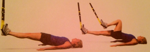 Hamstring runner i slynge gjøres ved at du drar et bein til deg mens du holder slynga stødig med det andre beinet. Skal ta godt bakside lår, hofte og rompe. Press hælen ned i slyngen og etterlign en løpebevegelse, bare i rolig tempo. Foto: TRX Fitness Anywhere.