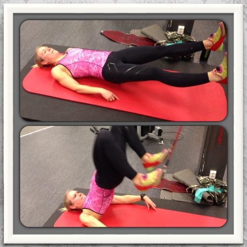 Press hælene ned i slynga, løft hoftene og dra beina mot rompa. Tar skikkelig på bakside lår og legg.