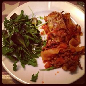 hjemmelaget lasagne med salat