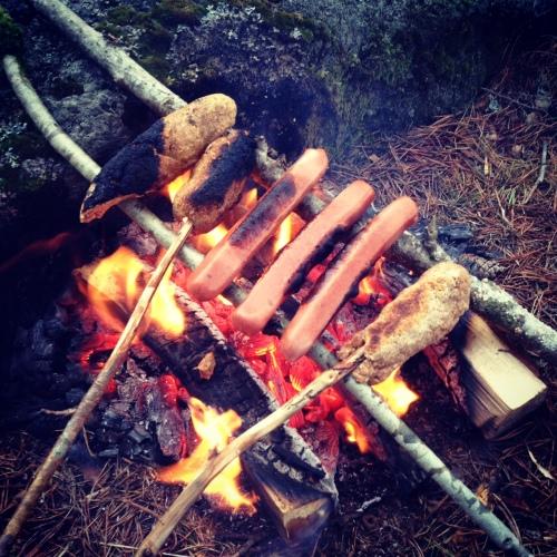 En provisorisk grill og vips var både pinnebrød og pølser på gang.