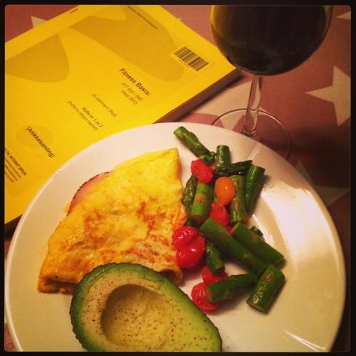 Omelett (2 egg, ost og skinke) med grønnsaker og rødvin. Det er digg brainfood på en fredagskveld.