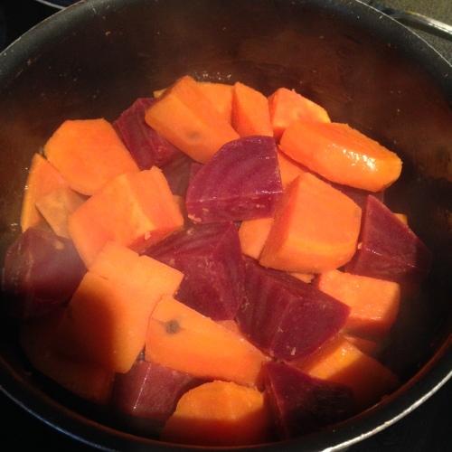Søtpotet og rødbet ferdig kokt. Ligger i kjelen sammen med smøret og godgjør seg litt.