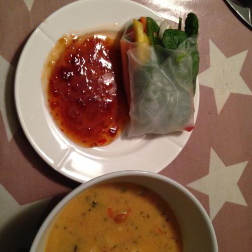 Suppe ved siden og god saus til dipp. Alt klart for middag :)