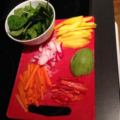 Grønnsaker og mango er en stor hit. Når Magnus i tillegg får være med både i valg av grønnsaker og kuttingen av dem, da får dette bein å gå på. Må huske å lage mer neste gang!