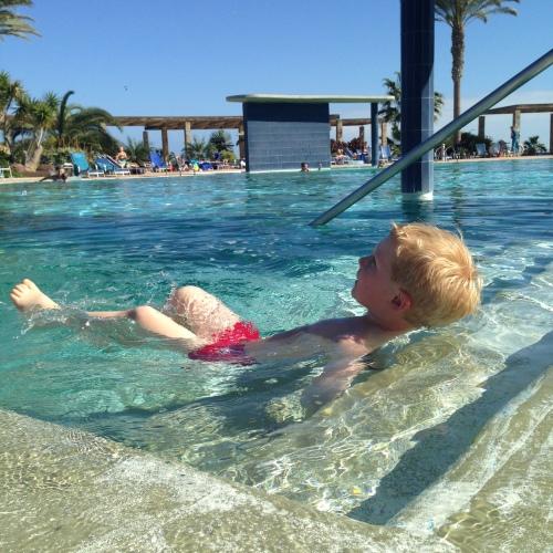 Hver dag er det vannaerobic i bassenget. Magnus stråler av lykke når musikken skrus på og spør hele dagen hvor lenge det er til den starter!