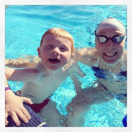 At Magnus endelig tør å være med i det store bassenget er kult. Nå hopper han uti så fort jeg er ferdig å trene, så svømmer vi noen lengder sammen :)