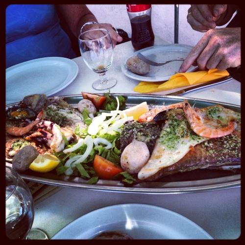 """På Restaurant Las Playitas spiste vi """"mixed Fish"""" til lunsj i dag. 25 euro betalte vi og fikk et fat fullt med fisk og skalldyr. Nok til tre stappmette voksne. Nam!"""