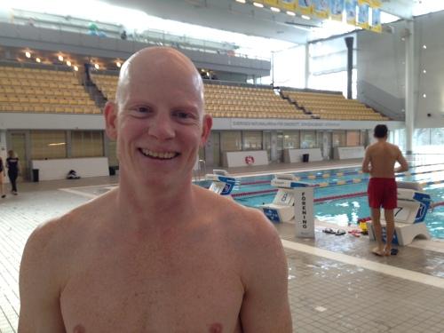 En lettet, fornøyd og ganske så sliten Kristian etter endt økt. Glad for å kunne konstatere at joda, han skal nok overleve svømmingen.