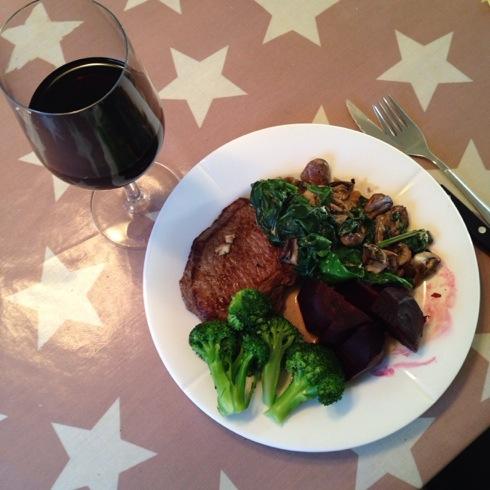 Med lave jernlagre på både Kristian og meg ble det biff og grønnsaker til middag. Og rødvin da:-)