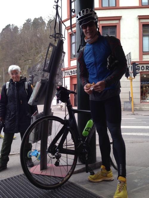 Kristian måtte på jobbmiddag fredag kveld. Han valgte derfor å sykle fra Oslo 07 for å rekke ned til Holmestrand til starten 11. Han syklet fort og løp enda fortere. Ironman Kalmar kommer til å bli lett for denne karen.