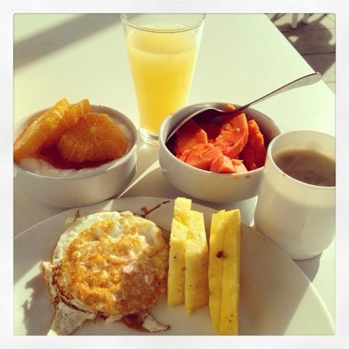 Et lite utvalg av hva som finnes på frokostbuffeten. Jeg elsker fersk frukt!