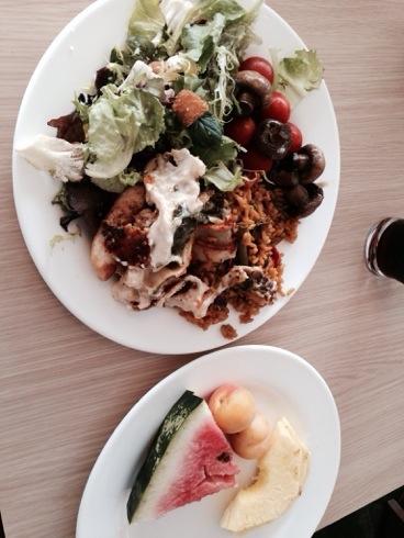 Litt av hva jeg spiste til lunsj i forgårs. Mengden kan sikkert ganges med tre, jeg forsyner meg til magen sier stopp.