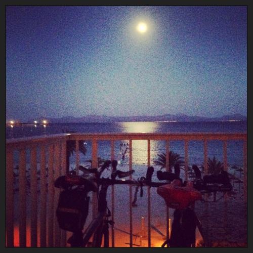 På Sunwing Alcudia hadde vi perfekt sykkelplass på balkongen. Der hadde tempohestene perfekt utsikt til fullmånen.