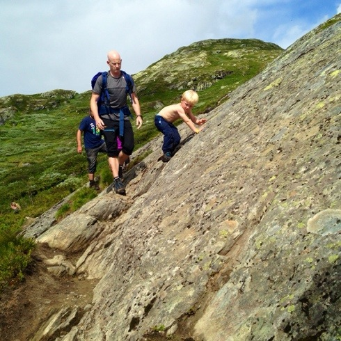 Siste utfordring på veien er denne lille fjellveggen. Her er det krevende å passere, men Magnus ville prøve selv og klarte det. Andre valgte å bære ungene akkurat her, for det er fort 50 meter rett ned i vannet om det glipper. Vi klarte oss fint og var glade for det!