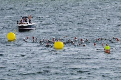 Vi var en fin gjeng som gjenopptok tradisjonen med svømming rundt Ulvøya i fjor.