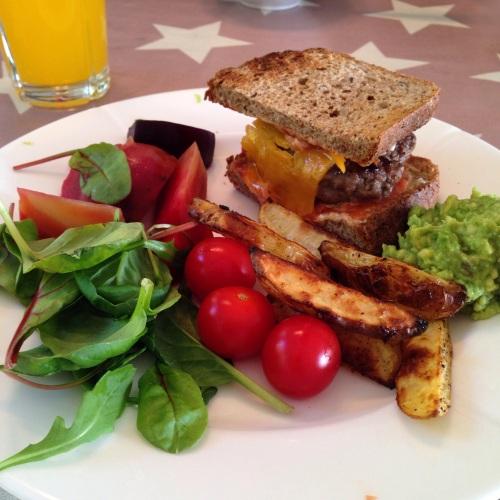 Slik kan du også servere  burgerne. Med ovnsbakte potetbåter og salat. Her har jeg lagt burgeren mellom to halve skiver, godt det også!