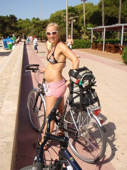 Da jeg var seks måneder på vei dro vi på ferie til Mallorca. Her leide vi sykkel og fikk oss noen fine timer langs landeveien. Jeg sto også opp hver morgen og jogget langs strandpromenaden. Fikk noen merkelige blikk fra lokalbefolkningen - trenende gravide var (og er) ikke dagligdags. Dessverre!