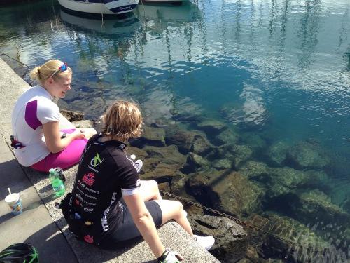 Siri og Andrea nøt sola og fiskene i Puerto Mogan.