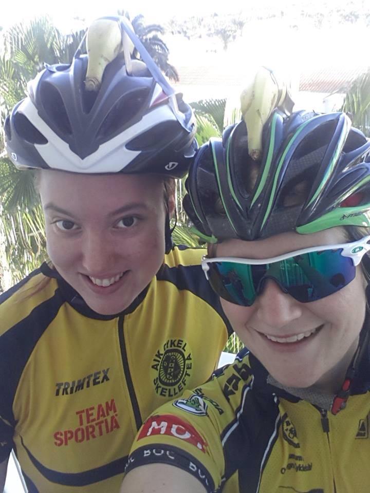 Julia og Andrea stilte med bananer på hjelmen. Humor på tur, det liker vi!