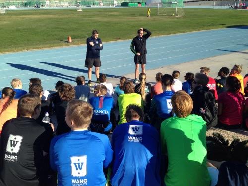Det er en stor gjeng med elever og trenere som er på leir på Lanzarote denne uken. Her fra dagens infomøte ved friidrettsbanen.