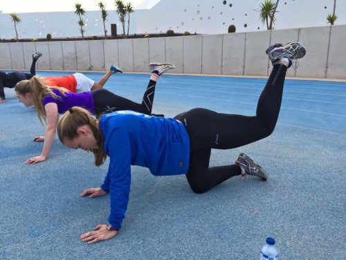 Litt rygg og rompeøvelser hadde vi også, med ulike varianter av øvelser der vi sto på kne og holdt beina over bakken, enten statisk eller i bevegelse. Denne brenner godt!