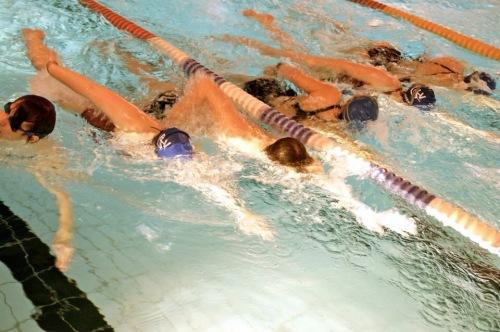 Det ser trangt ut, men vi har altså plass til flere på Idrettsskolen! Å trene på open water elementer er en viktig del av kurset, slik at vi er best mulig forberedt før sommerens Sportsmaster TRI-cup. Foto: Norges Triathlonforbund.