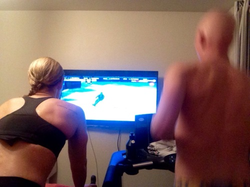 En annen fordel er jo at vi kan trene samtidig innendørs. En av oss tar mølla, den andre rulla. Så er det bare å trene i vei mens favorittserien går på TV.