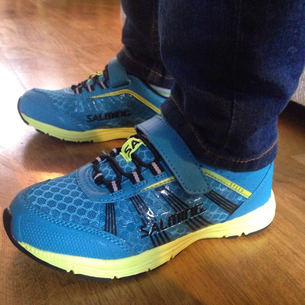 Skoene måtte rett på i det vi kom inn døra hjemme. De var lette å få på, satt godt (selv om de er litt store) og Magnus fikk raskt fart på seg der han sprang rundt innendørs.