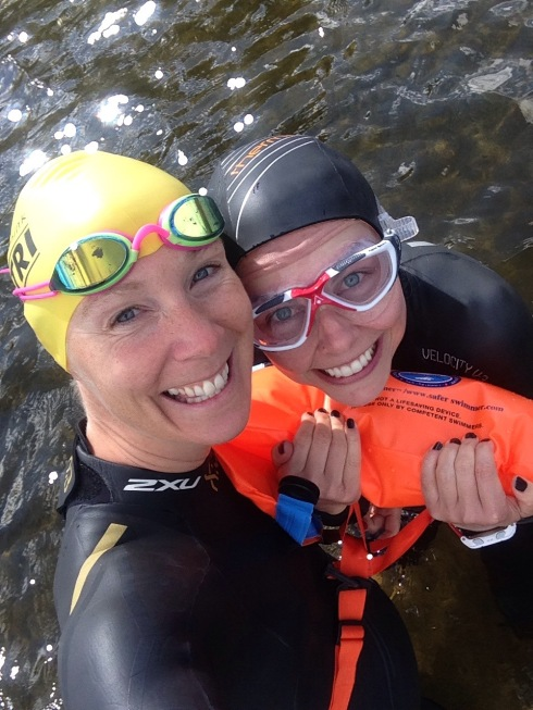 Uansett hvor god du er til å svømme så bør du ikke svømme alene! Og har du ingen til å følge deg, ta med en Safe Swimmer bøye og ha en spotter på land.